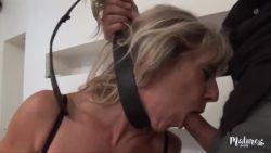 Marina mature et sexy, se tape son jeune voisin